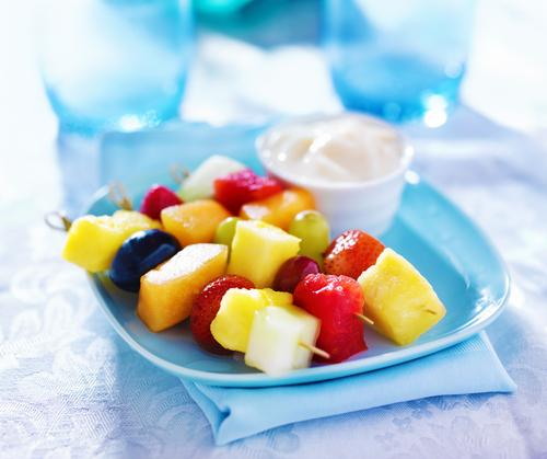 brocheta de frutas &quot;width =&quot; 354 &quot;height =&quot; 297 &quot;/&gt;</h3><ul><li>Prepare brochetas de frutas, rociando la parte superior con un toque de chocolate negro. Para hacer que tus brochetas sean más festivas, elige colores como las uvas moradas, el kiwi verde y el mango naranja. Si tienes niños pequeños, crea fantasmas de bananas congeladas dibujando caras de chocolate en bananas a la mitad.</li><li>Las bolas de palomitas de maíz pueden ser otra de las favoritas de las fiestas fácilmente personalizables. Para mantenerlos saludables, prepare sus propias palomitas de maíz y use la miel como el agente combinado de endurecimiento y endulzamiento. Para un divertido look de Halloween, solo agrega una gota o dos de colorante para alimentos y pasas.</li><li>Asar semillas de calabaza es una gran tradición de Halloween. Solo guarda las semillas extraídas de tu jack-o-lantern anual, enjuágalas y exprésalas hasta que estén secas. Luego, échelos en aceite de oliva antes de hornear a 325 grados durante unos 15 minutos (o hasta que las semillas estén tostadas). Sazone al gusto con sal. <img class=